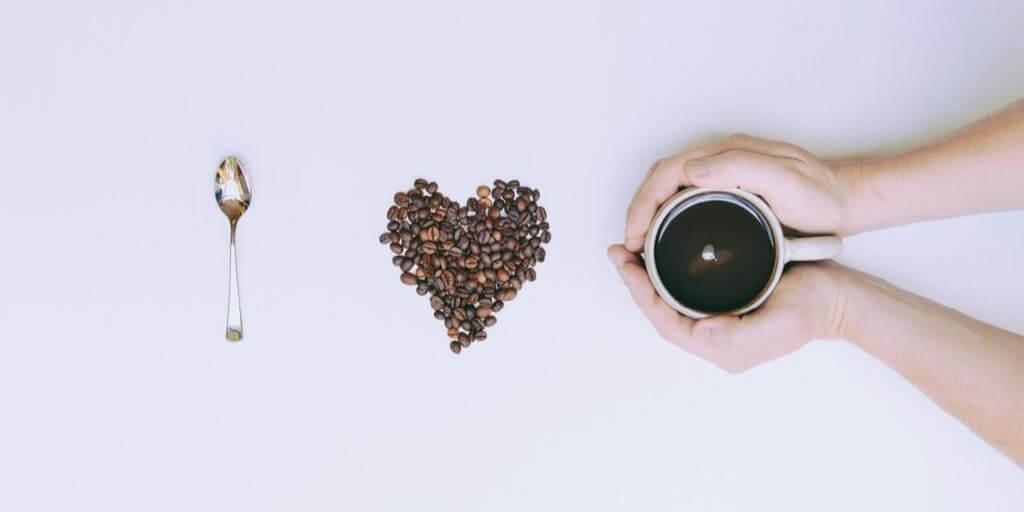 Les 3 Meilleures Cafetières Expresso AVEC Broyeur 2020 (guide + produits)